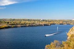 Ciepły jesień dzień na rzece zdjęcia royalty free