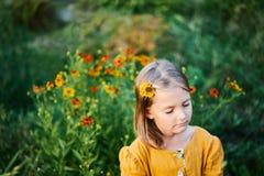 Ciepła mała dziewczynka zamykający colours kwiatu oczu sen sen fotografia royalty free