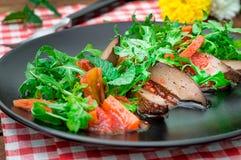 Ciepła sałatka, kaczka z arugula, smakowity, modny jedzenie, nowa naczynie porcja drewniany tło wieśniak Odgórny widok Zdjęcia Stock