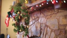 Ciepła wygodna kamienna graba dekorująca dla bożych narodzeń z wiankiem, pończochy, girlanda zaświeca Mantelpiece z dekoracjami zbiory