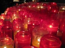 """Ciepłe i zapraszające czerwone modlitewne świeczki wśrodku Sacré-CÅ """"ur, Paryż obraz royalty free"""
