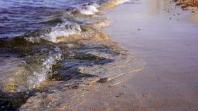 Ciepłego zmierzchu zwrotnika potężny morze macha na plaży Skalista dna i jasnego woda zbiory