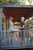 Ciepło rozmowa kochająca para na tarasie zalecający się Zdjęcia Royalty Free