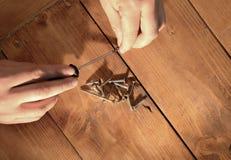 Ciepły światło na mężczyzna rękach pracuje z śrubami i śrubokrętem Zdjęcia Royalty Free