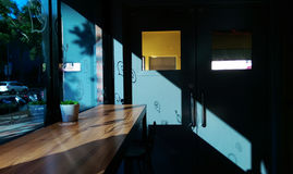 Ciepły światło słoneczne przez okno z cieniem Obrazy Royalty Free