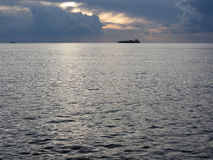 Ciepły denny zmierzch z ładunku statkiem przy horyzontem Giganta cumulonimbusu chmury są w niebie włochy Toskanii Obrazy Royalty Free