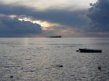 Ciepły denny zmierzch z ładunku statkiem przy horyzontem Giganta cumulonimbusu chmury są w niebie włochy Toskanii Obraz Stock