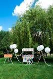 Ciepły letni dzień w zielonym ogródzie zdjęcie royalty free