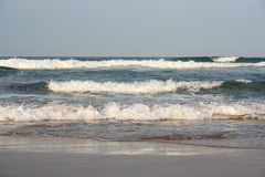 Ciepły ocean indyjski macha łamanie na plaży Fotografia Royalty Free