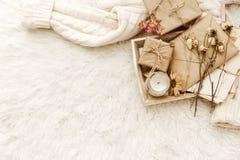 Ciepły pulower, rzemiosło papier, teraźniejszość i suszący kwiaty przy białym tłem, obrazy stock
