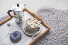 Ciepły wygodny dom Taca i filiżanka kawy z marshmallows Obraz Stock
