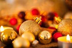 Ciepły złoto i czerwony Bożenarodzeniowy blasku świecy tło Zdjęcia Stock