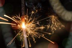 Cierge magique brûlant avec des étincelles éclatant en air image stock
