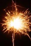 Cierge magique de fête lumineux de Noël sur le fond noir Photographie stock