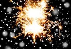 Cierge magique ou lumière de Bengale brûlant au-dessus du noir Image libre de droits