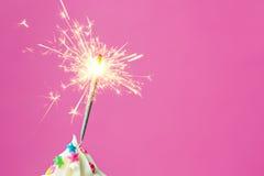 Cierge magique sur un petit gâteau Photographie stock libre de droits