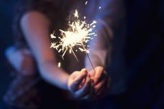 Cierges magiques dans les mains des couples Images stock