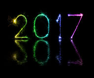 Cierges magiques de feu d'artifice de 2017 bonnes années Photos stock