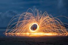 Cierges magiques de rotation sur la plage photographie stock