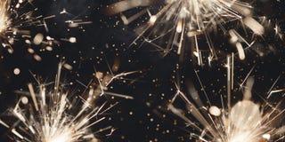 Cierges magiques et fumée brûlants de Noël sur le fond foncé photo libre de droits