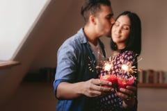 Cierges magiques sur des petits gâteaux à disposition des couples Photographie stock