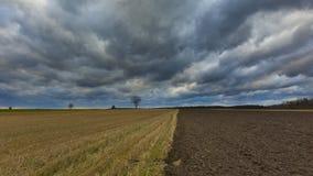 Ścierniskowego pola krajobraz pod chmurnym niebem fotografia royalty free