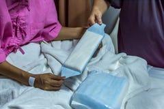 Cierpliwa kobieta używa sanitarną pieluchę na łóżku Obraz Royalty Free