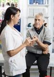 Cierpliwa Patrzeje kobiety lekarka Sprawdza Jego Cukrowego poziom Zdjęcia Royalty Free