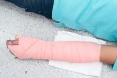 Cierpliwa ` s ręka był jednoczy z kartonowym i elastycznym bandażem zamykający obrazy royalty free