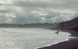 Cierpliwość - zmierzchu surfingowiec fotografia royalty free