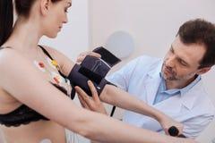 Cierpliwy baczny medyczny uczony używa niektóre wyposażenie dla całościowych rezultatów Obraz Royalty Free