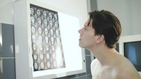 Cierpliwy obserwuje móżdżkowy mri diagnostyk w szpitalu 4K zdjęcie wideo