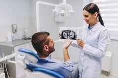 Cierpliwy patrzeje promieniowanie rentgenowskie zdjęcia stock