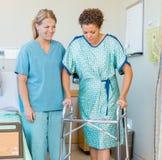 Cierpliwy Używa piechur Podczas gdy pielęgniarka Patrzeje Ona zdjęcia royalty free