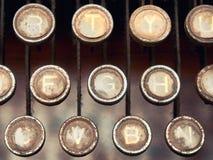 Cierra la máquina de escribir cubierta con polvo Foto de archivo