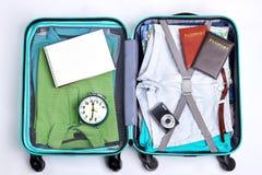 Cierre abierto de la maleta del viajero para arriba foto de archivo