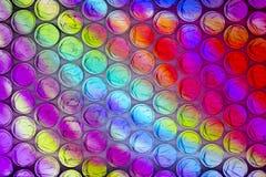 Cierre abstracto encima de la hoja del plástico de burbujas con el fondo colorido fotografía de archivo