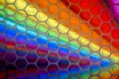 Cierre abstracto encima de la hoja del plástico de burbujas con el fondo colorido foto de archivo