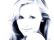 Cierre adolescente atractivo de la muchacha para arriba en tonos azules Fotos de archivo libres de regalías