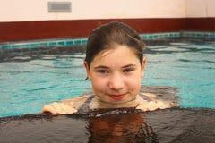 Cierre adolescente de la muchacha encima del retrato en piscina del aire abierto Fotografía de archivo libre de regalías