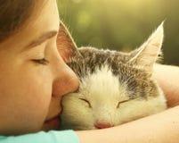 Cierre adolescente del gato del abrazo de la muchacha encima del retrato Imagenes de archivo