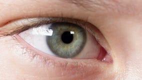 Cierre adolescente femenino del ojo para arriba almacen de video