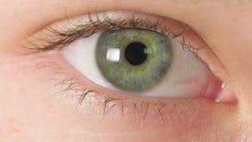 Cierre adolescente femenino del ojo para arriba, abierto almacen de metraje de vídeo