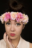 Cierre adolescente lindo de la muchacha para arriba que lleva una venda floral Imagen de archivo