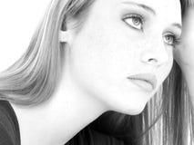 Cierre adolescente ocasional de la muchacha encima de blanco y negro Foto de archivo libre de regalías