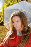 Cierre al aire libre de la moda encima del retrato de la mujer sensual hermosa joven en parque del otoño con el paraguas Fotos de archivo