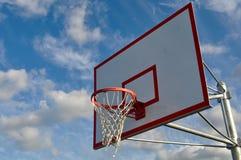 Cierre al aire libre del aro de baloncesto para arriba Imagenes de archivo