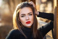 Cierre al aire libre del retrato de la muchacha hermosa para arriba fotos de archivo