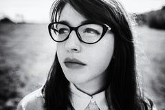 Cierre al aire libre encima del retrato de la muchacha de moda hermosa joven con el pelo largo Imagen de archivo
