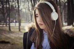 Cierre al aire libre encima del retrato de un adolescente bonito Fotografía de archivo